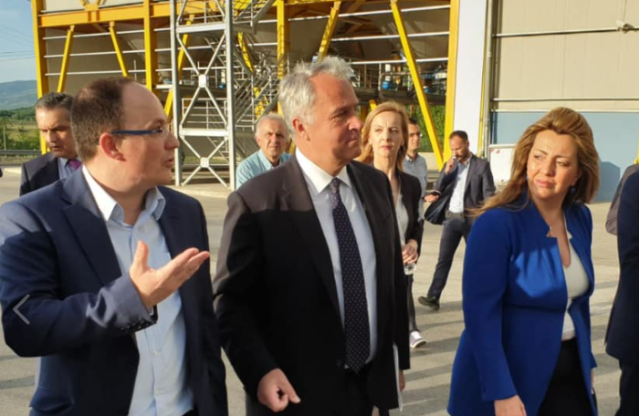 Στιγμιότυπο από την επίσκεψη της επικεφαλής του Γραφείου του Πρωθυπουργού στη Θεσσαλονίκη, Μαρίας Αντωνίου, και του υπουργού Αγροτικής Ανάπτυξης και Τροφίμων Μάκη Βορίδη σε επιχειρήσεις της Δυτικής Μακεδονίας